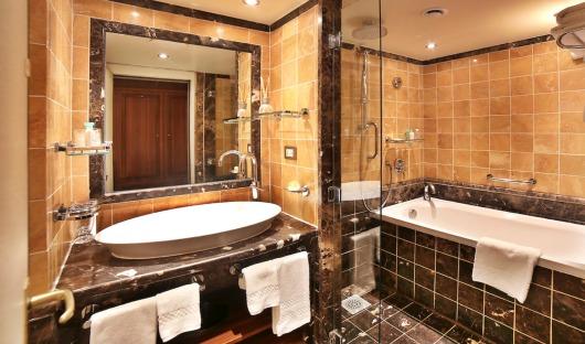 medallion suite bathroom silver wind